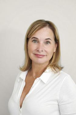 Amélia, l'aide opératoire du Docteur Christelle Santini, médecin et chirurgien esthétique à Paris